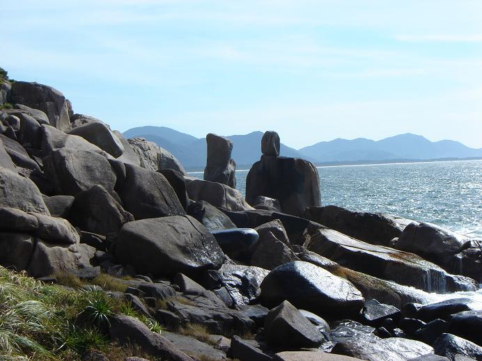 Megálito identificado como PE08, localizado na Ponta do Frade (Barra da Lagoa).